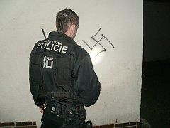 Posprejovaná zeď nacistickými symboly