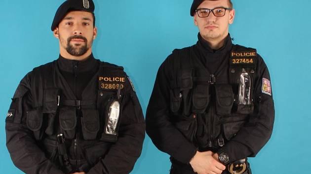 Tomáš Zbořil a Richard Novotný z Obvodního oddělení Mladá Boleslav zachránili muže z hořícího bytu.