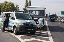 Nehoda autobusu a osobního vozidla na R10