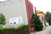 Za rok bude hotová nástavba na budově mateřské školy. První (v pozadí) je již hotová