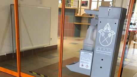 V Mnichově Hradišti nainstalovali osm nových stojanů na dezinfekci.