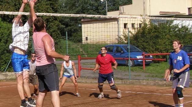 František Petrtýl (zády) zkouší na síti obelstít blok Vopic