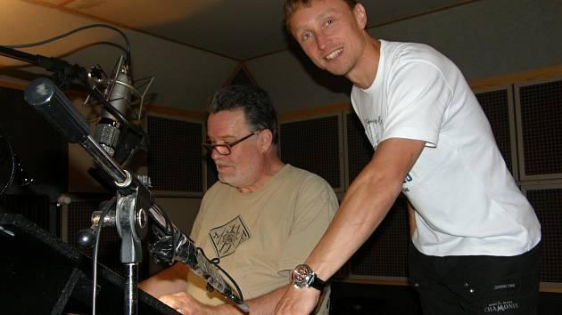 Dabér Jaromír Meduna a šéf nakladatelství Panteon Roman Schmidt při nahrávání audioknihy.