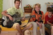 Herec Radek Valenta byl hostem slavnostního otevření Rodičovského centra.  Hrál na kytaru a zpíval s dětmi písničky z pohádek