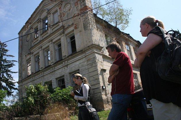 Dům musela rodina opustit, jelikož byly ohroženy životy jejích členů.