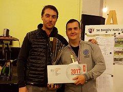 Vítěz turnaje Petr Fanta (vpravo)  s předsedou fotbalistů Bakova Romanem Vaňkem