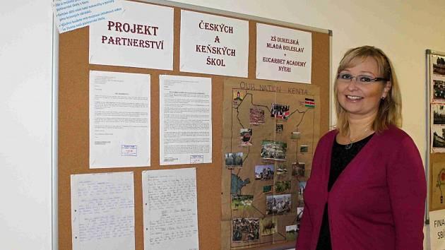 IRENA HENDRYCHOVÁ, koordinátorka programu, u nástěnky, která ukazuje projekt partnerství mezi českými a keňskými školami.