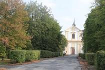 Lipová alej vedoucí od zámku ke kostelu Povýšení Sv. Kříže.