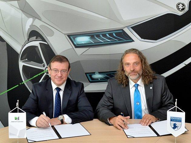 Smlouvu o spolupráci podepsal Bohdan Wojnar za ŠAVŠ a Vladimír Kovář za Unicorn College.