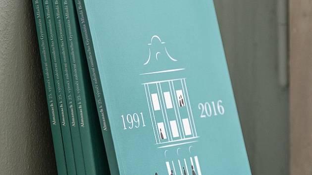 V almanachu je zaznamenána každá třída, která v posledních 25 letech školou prošla.