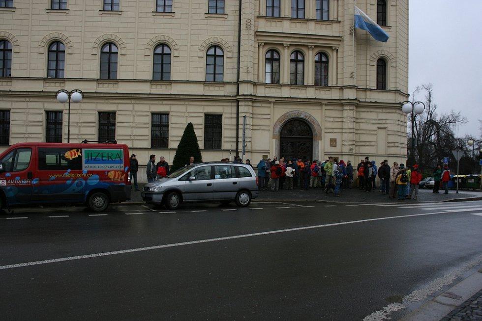 Sraz účastníků vánočního výstupu na Chlum před radnicí.
