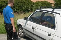 Řidič si zapomněl ve dveřích auta klíče.