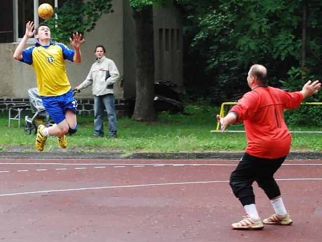 Boleslavskému házenkáři Tomáši Houškovi (vlevo) vypadl při střelbě kluzký míč z rukou.