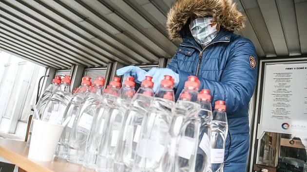 Výdejní místo dezinfekce v mladoboleslavském Domě kultury.