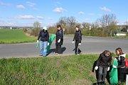 Do úklidu Dobrovice se zapojily dvě stovky lidí, zhruba stovka v Dobrovici, další stovka v místních částech.
