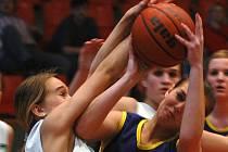 V basketbalovém turnaji mladších dorostenek se bojovalo úporně o každý míč. Nejvíce se dařilo domácím hráčkám.