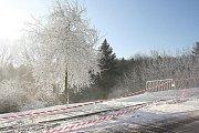 Dělo chrlí umělý sníh na kopec v lesoparku Štěpánka