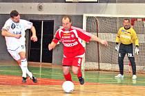 Nejlepší hráč turnaje,  olomoucký Ivo Lošťák (uprostřed), pčávě uniká boleslavskému Jaromíru Navrátilovi (vlevo). Přihlíží olomoucký gólman Pavel Mikušek (vzadu).