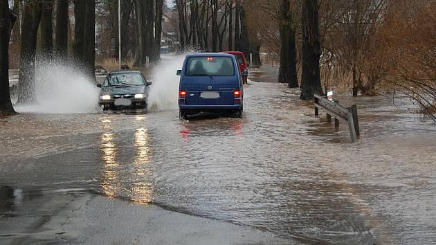 Lednové povodně: Bakov nad Jizerou. Zákaz vjezdu řidiče moc netrápí!