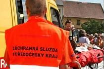 ZÁCHRANKA. Řidič záchranné služby se lidem omluvil, že kvůli všem sanitkám v terénu, přijeli pozdě.
