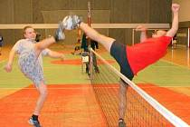 V boleslavském turnaji amatérů v nohejbalu se tvrdě bojovalo i na síti.