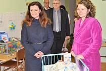 Hejtmanka Jaroslava Pokorná Jermanová navštívila porodnické oddělení Oblastní nemocnice Mladá Boleslav, aby tu předala šek na 10 000 korun a dárkový balíček s dětskou výbavičkou mamince prvního letošního středočeského miminka.