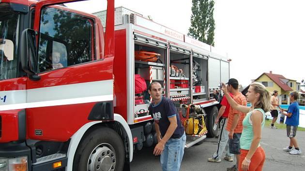 Policisté a hasiči ukázali dětem v Kobylnicích zásahovou techniku. I policejního psa
