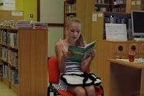 Markéta Choutková předčítá v knihovně dětem