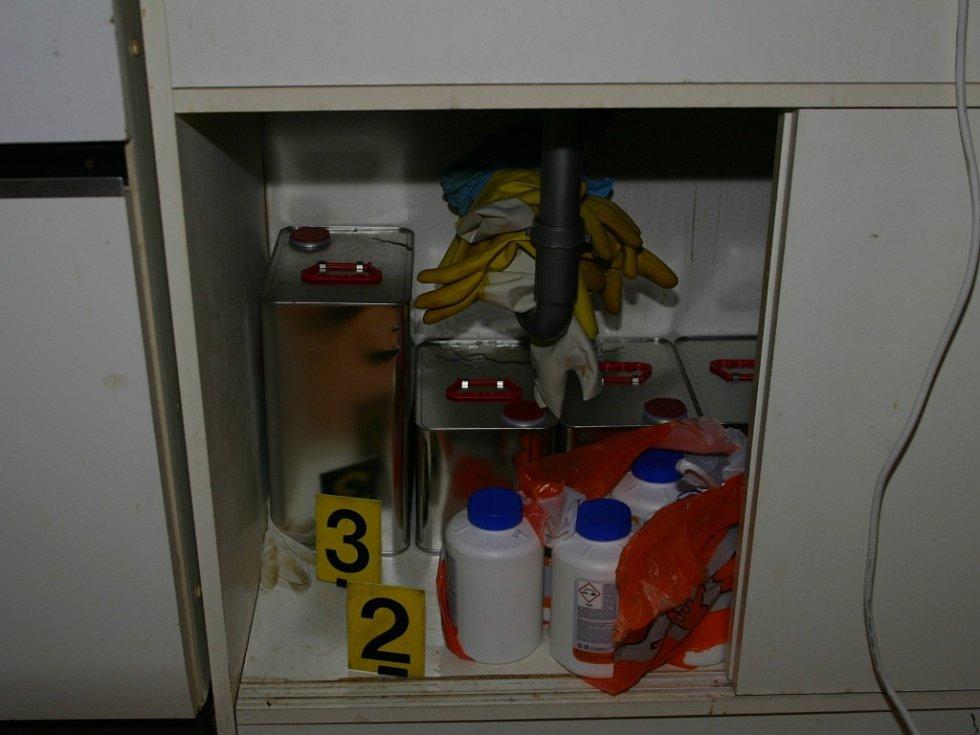 Policejní zásah v Bělé pod Bezdězem proti výrobcům drog.