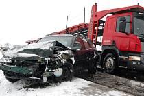 Nehoda kamionu s osobním autem v nebezpečné zatáčce před Vlkavou