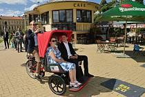 Mladá Boleslav má nový dobrovolnický projekt Cycling without age, který spojuje generace.