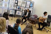 Děti, které uspěly ve výtvarné soutěži nebo školu úspěšně reprezentují, v úterý čekalo osobní setkání s Petrem Lexou a Lukášem Bundilem, tedy s populární kapelou Slza.