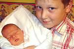 Kubík (narozen 24. října v 5.58 hodin, 3,8 kg a 53 cm) je na fotografii se svým bratrem Pepíčkem. Jejich rodiči jsou Josef a Hana Svobodovi.