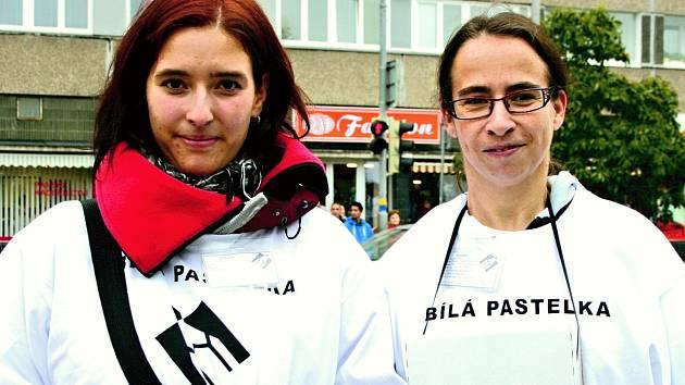 Dobrovolníci, studenti i pracovníci TyfloCentra dnes prodávali v ulicích bílé pastelky.