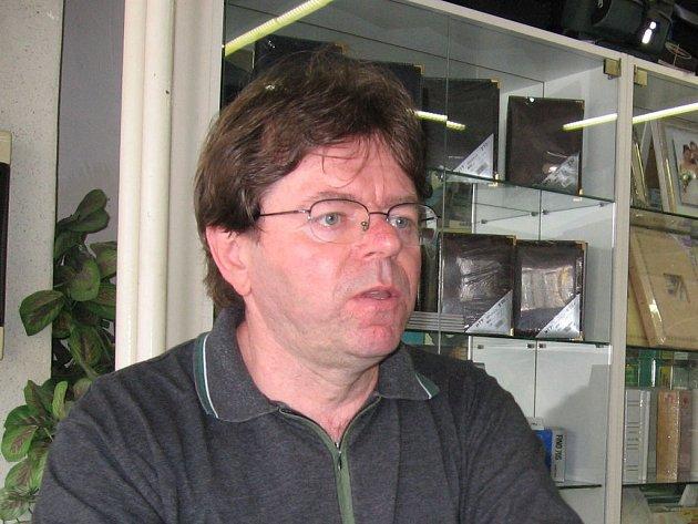 Bohumil Rosenkranz, soustředěný při práci ve fotolabu