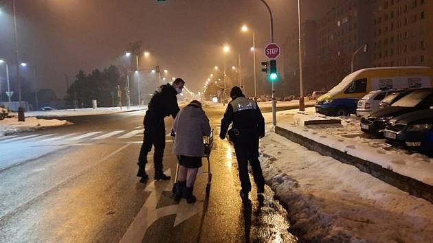 Stařenka šla v noci v Mladé Boleslavi po silnici.