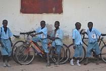 Díky kolům se africké děti mohou dostat do školy.