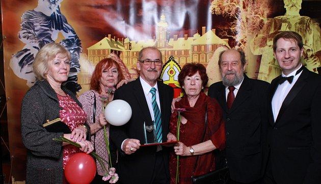 Ocenění na nedávno konaném městském plese Mnichova Hradiště převzal iJosef Flanderka.
