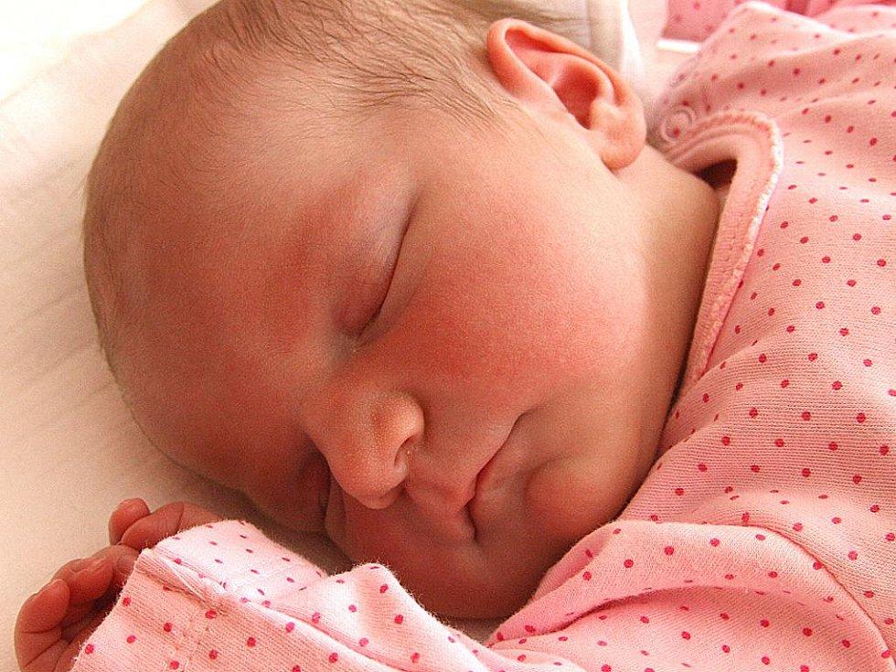 BEATKA Němcová se narodila 13. září. Měřila úctyhodných 52 cm a vážila 3, 97 kg. Z holčičky se radují Lucie a Petr a sestřička Stellinka z Benátek nad Jizerou.