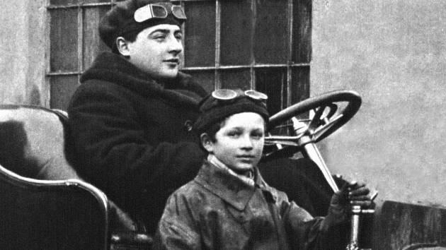 Regule mnohých závodů určovaly maximální hmotnost posádky (například 120 kg). Korpulentní Saša proto jako spolujezdce volil mladšího bratra Jindřicha.