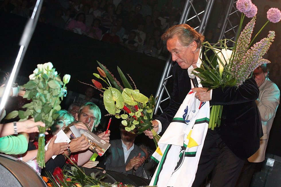 Koncert Karla Gotta v sobotu 25. dubna 2009 v Mladé Boleslavi na zimním stadionu vidělo 3500 diváků.