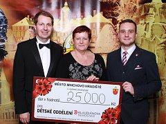 Město Mnichovo Hradiště uspořádalo v sobotu 3. února 11. reprezentační ples. Výtěžek z tomboly se rozhodli pořadatelé věnovat dětskému oddělení Klaudiánovy nemocnice. Vybráno bylo 25 tisíc korun!