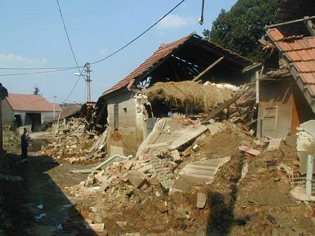 Zálezlice na Mělnicku. Takto to vypadalo, když voda opadla. Pohled,  který nahání strach, hrůzu. V tomhle prostředí se museli pohybovat všichni – záchranáři i ti, kterým ruiny patřily.