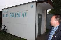 Předseda oddílu SKP Mladá Boleslav Jan Pažout ukazuje v jakém technickém stavu je zázemí pro boleslavské fotbalisty.