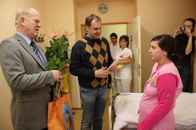 JAKO PRVNÍ přišla v Mladé Boleslavi na svět 2300 gramů vážící a 47 cm měřící Natálka. V 10 hodin a 39 minut se narodila Denise Kofroňové (foto nahoře). Politici popřáli i dalším dvěma maminkám.