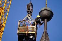Nahnutou korouhev z vyhlídkové věže raději odstranili.