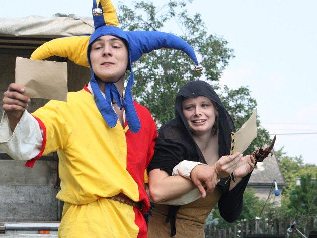Rolničky a meče v podání šermířů a kejklířů odstartovaly nedělní odpoledne na hřišti za Bakovskou sokolovnou.