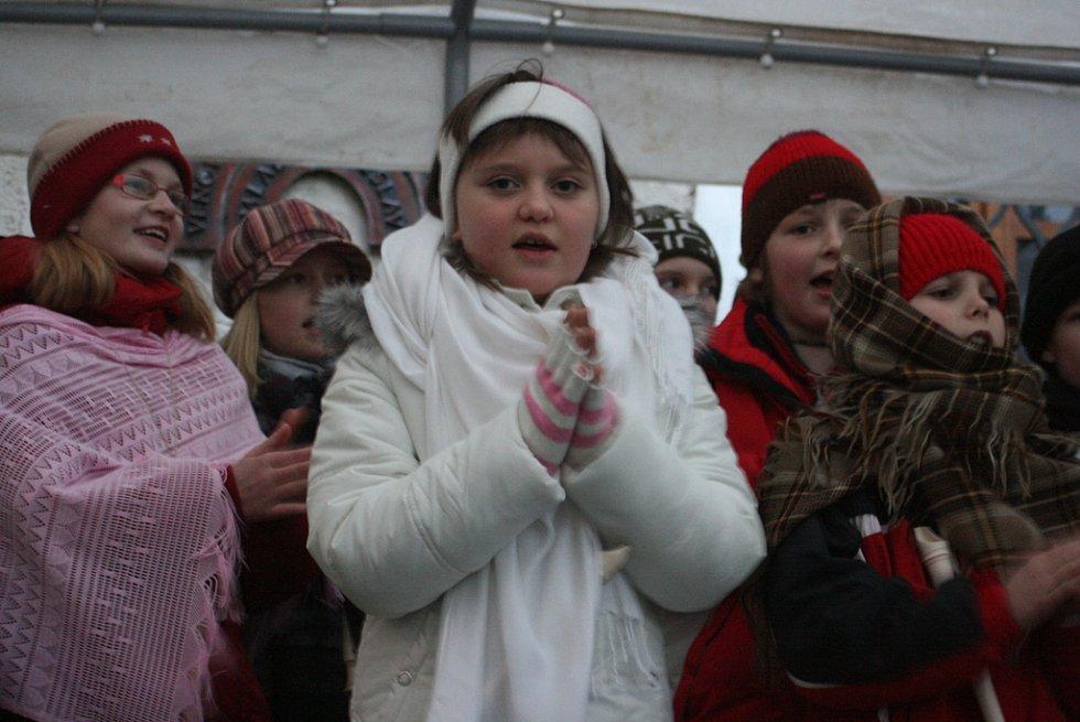 Na nádvoří zazpívaly děti ze Základní školy Dalovice.