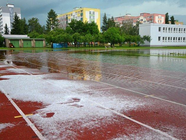 Školní hřiště se během chvíle proměnilo ve vodní plochu.