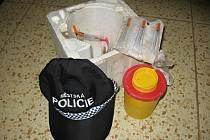 Pětatřicet injekčních stříkaček se volně povalovalo v nezabezpečeném domě v ulici Jana Roháče z Dubé.
